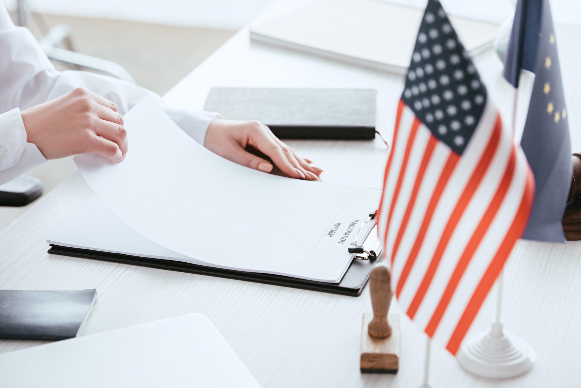 2729c5418af Det er relativt omfattende at blive godkendt til indrejse i USA. De  amerikanske myndigheder kræver, at de nødvendige information er afgivet i  god tid inden ...